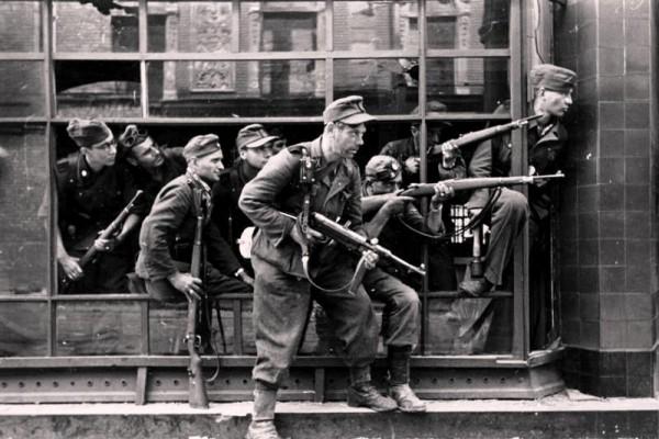 Zentralbild. II.Weltkrieg 1939-1945. Warschauer Aufstand im August 1944. Mit entmenschten SS-Banditen und aufgeputschten Soldaten der faschistischen deutschen Wehrmacht (unser Foto) wurde am 2.10.1944 der Warschauer Aufstand endgültig niedergeschlagen. Dabei wurde Warschau zu 80 % zerstört. (SS-PK Schremmer)